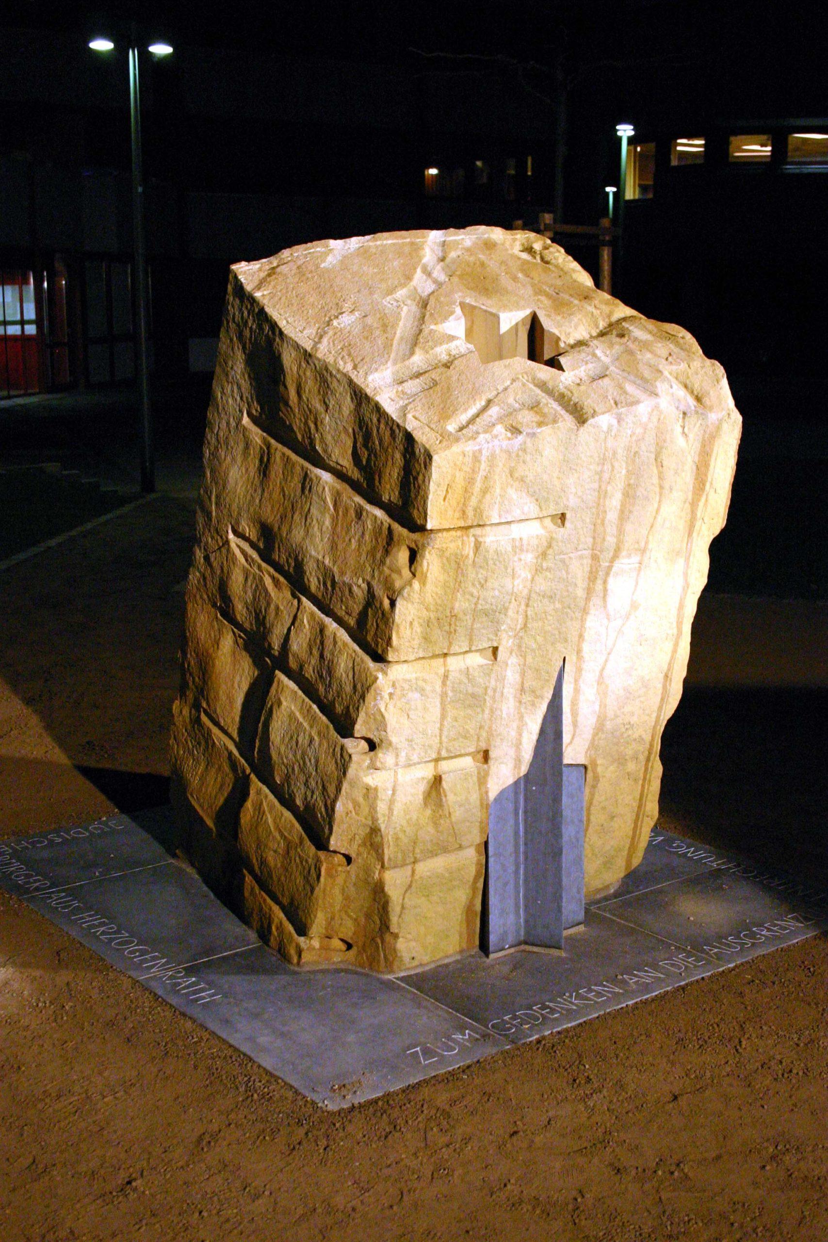 Mahnmal für die ermordeten jüdischen Bürger von Herzogenrath, Rathaus Herzogenrath, Sandstein, Belgisch Granit, Höhe 190 cm, 2004
