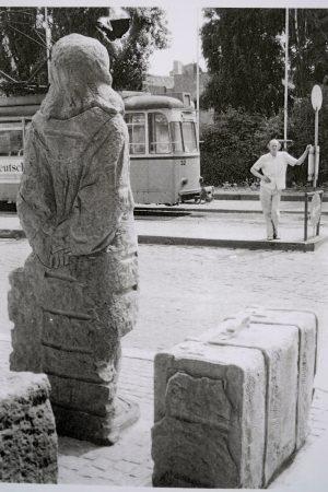 Junge Frau mit Koffer, Naumburg, Bahnhofsvorplatz, Sandstein, Höhe 210 cm, 1990